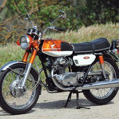 Happy Medium: The 1969 Honda - Classic Japanese Moto.- Restoring and riding a 1969 the successor to the well-known Honda (Story and photos by Robert Smith. Classic Honda Motorcycles, Small Motorcycles, Vintage Motorcycles, Custom Motorcycles, Honda 125, Honda Bikes, Ducati Monster Custom, Monster Motorcycle, Motorcycle Tips