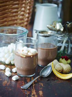 Varm chokolade kan nydes hele året rundt; når efteråret nærmer sig, når vinteren og kulden sætter ind og på de kølige sommeraftener. Få vores yndlingsopskrift på varm chokolade her!