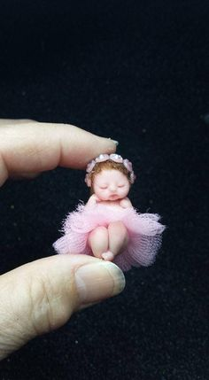 Beautiful mini baby of only 4 cm, this beautiful dancer is made in polymer clay, painted with chalks of pastel, and cooked in the oven twice to fix its color. To have that delicate tone have been used two colors, the light pink to give a soft rosy tone throughout the body and a