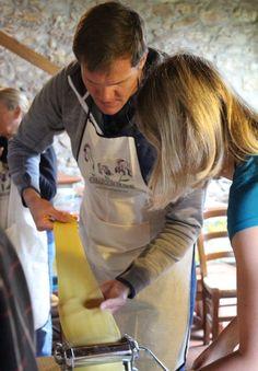 """Bella Italia: Kochkurs in der Toskana Ein Text von Tina Kühne Eine lange Serpentinenstraße führt zu dem idyllischen Bauernhof im Chianti-Gebiet, in dem die Schwestern Simonetta und Paola ihre Kochschule """"Toscana Mia"""" betreiben. Dank der Wegbeschreibung, die uns die beiden zugeschickt haben, finden wir das Ziel ohne uns zu verfahren. Als wir in den Hof einfahren, stehen unsere Gastgeber und Mitschüler bereits vor dem Haupthaus und begrüßen uns freundlich. In den nächsten fünf Stunden werden…"""