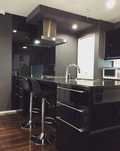 黒×黒×黒の三拍子っ。 黒いキッチン、黒いキッチンボード、黒い御影石天板。オマケに壁紙も黒系です♪#アイスマート #アクセントクロス #一条工務店 #ブラックキッチン #マイホーム #カウンターキッチン