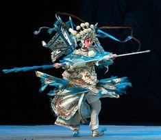 京剧《穆桂英》 Pekin Opera, Eiko Ishioka, Lion Dragon, Dragon Dance, Chinese Opera, Old Dresses, Ancient China, Ancient Jewelry, Dance Pictures