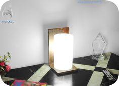 Abajur feito com acrílico branco e madeira. Lampshade done in white acrylic and wood.