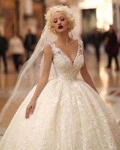 Robe de mariée . Amazing ball gown   .. . . Photo by @endritmertiri . .