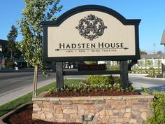 Hadsten House Inn monument sign with electronic vacancy sign. Check us out at:  www.signsofsuccess.net