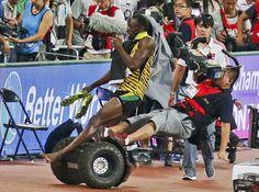27.08 Alors qu'il célébrait son nouveau titre de champion du monde du 200 m, le Jamaïcain Usain Bolt a été renversé par un caméraman qui le filmait en circulant sur un segway en bord de piste.Photo: China Stringer Network