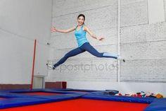下载 - 跳蹦床运动中心室内的年轻女子 — 图库图片#140827042