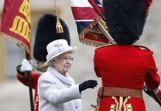 La regina Elisabetta II e il 1 ° Battaglione Coldstream Guards al castello di Windsor, il 3 maggio 2012