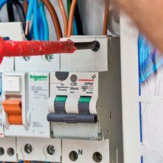 Faire cheminer le câble jusqu'au tableau électrique. Pac Piscine, Piscine Diy, Tube Pvc, Local Technique, Heat Pump System, Distribution Board