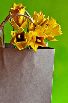 Egg Carton Daffodils Paper Flowers Tutorial - #art, #diy