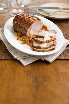 Nell'arrosto di vitello con finferli alla crema, carne e funghi s'incontrano per un secondo dal sapore autunnale: scopri la ricetta su Sale&Pepe.
