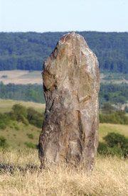 """Menhir- en bretón esta palabra significa """"piedra larga"""". Y como ello dice es una gran piedra que se clava al suelo verticalmente. No se sabe si se utilizaba para los ritos al sol o a los difuntos."""