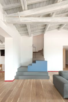 Podere in Etruria, Architetti, 2018 Curved Staircase, Modern Staircase, Staircase Design, Stairs Architecture, Modern Architecture, Stairs Colours, Scale Design, Home Room Design, Interior Stairs