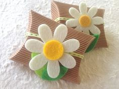 artare cerimonia: PORTACONFETTI CON MARGHERITA... Diy Paper, Paper Crafts, First Holy Communion Cake, Sweet Box, Envelope Design, Pillow Box, Felt Flowers, Diy And Crafts, Gift Wrapping