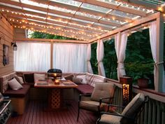 un balcon romantique avec illuminage, des voilages blancs et un coin de repos cosy