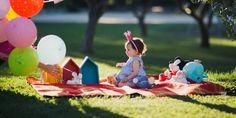 Un picnic en el campo es una gran idea para una sesión de fotos de bebé... y muy divertido, pero si además es tu primer cumpleaños aún mola más :)