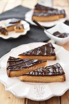 Rezept Baumkuchen. Baumkuchen selber backen ist nicht schwer, aber man braucht etwas Zeit, weil er aus mehreren nacheinander gebackenen Schichten besteht. Beim selbstgemachten Baumkuchen muss man leider auf die originale Form verzichten, aber auch aus der Form schmeckt er hervorragend.