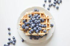 Kromě palačinek a lívanců patří mezi nejžádanější sladké snídaně i vafle. Aby se vám takové mlsání v kavárnách a restauracích příliš neprodražilo, zkuste je příště připravit v pohodlí domova. Není to nic těžkého a na své si přijdou i ti, kteří se kaloriím vyhýbají. #recept #vafle #dezert #snidane #ovesne #recipe #waffles #pancake #dessert  #breakfast Paleo Recipes, Real Food Recipes, Yummy Food, Grain Free, Dairy Free, Gluten Free Waffles, Food 101, Protein Packed Breakfast, Waffle Iron