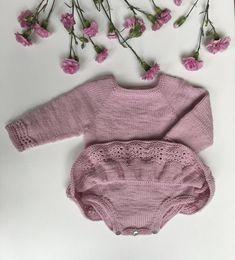 Nellie Kjolebody strikkes ovenfra og ned med udtagninger til raglan. Bærestykket strikkes først frem og tilbage - for at skabe en åbning over den ene skulder - og sidenhen rundt. Kroppen strikkes rundt på rundpind, indtil der deles til for og bag. Ærmerne strikkes rundt på strømpepinde eller på en lang rundpind (magic Knitting For Kids, Baby Knitting Patterns, Crochet For Kids, Knitted Baby Cardigan, Knitted Baby Clothes, Onesie Dress, Baby Dress, Romper, Baby Overall