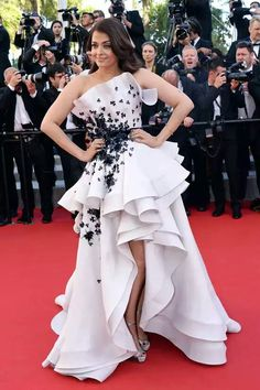 """Aishwarya Rai at the premiere of """"Youth"""" during the 2015 Cannes Film Festival in a Ralph & Russo couture gown. Bollywood Designer Sarees, Bollywood Fashion, Mangalore, Nice Dresses, Casual Dresses, Fashion Dresses, Prom Dresses, Miss Dress, Dress Up"""
