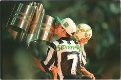 Túlio Maravilha beija taça de campeão brasileiro pelo Botafogo em 1995.