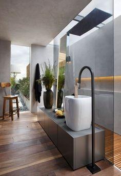 bad modern gestalten mit natürlichem licht_moderne badezimmer ideen mit glastrennwand zwischen dusche und waschtischanlage
