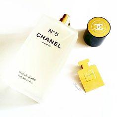 Amanti del N°5 a rapporto... Arriva N°5 L' HUILE CORPS de CHANEL, un olio secco profumato per il corpo, che si vaporizza direttamente sulla pelle 🌟