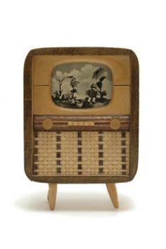 1950s tv Mini Tv, Small World, Dollhouse Furniture, Magazine Rack, Retro Vintage, Miniatures, Basket, Dollhouses, Storage