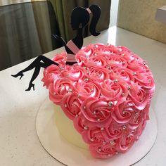 Ещё один тортик с леди в красивом платье для Катюши @murzzzzi, внутри творожный с персиками и бананами. Вес 3,4 кг. Топпер от @toppery_nsk… Bolo Barbie, Barbie Cake, Candy Birthday Cakes, Birthday Cake Girls, Beautiful Cakes, Amazing Cakes, Birthday Cake For Women Simple, Bolo Floral, Birthday Cake Decorating