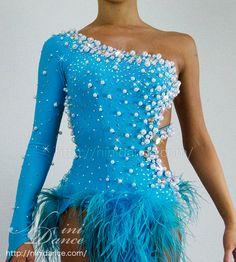 D194鮮やかな羽根裾とパール装飾の水色ラテンドレス : 社交ダンスウェアNiniDance