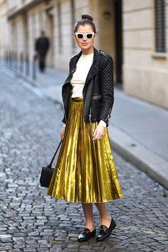 óculos com armação branca, jaqueta de couro preta, t-shirt branca, saia mídi dourada plissada, mocassim preto, bolsa a tiracolo preta, street style, pleated skirt