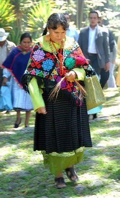Mujer Mazahua con el traje de Sta Ana Nichi, Edo de México