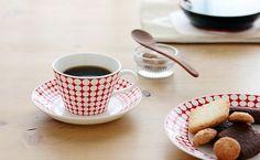 スティグ・リンドベリの名作デザインの復刻版。EVA(エヴァ)のコーヒーカップ&ソーサー。  コーヒーカップは、すっきりとした直線的なフォルムが洗練された印象。 容量は適量入れて約100ccぐらい。淹れたてのコーヒーを少しずつ楽しめる小ぶりなサイズです。 コーヒーとティー、容量とフォルムの好みで選んでくださいね。  59年~74年に生産された、グスタフスベリの名作EVA(エヴァ)。 ヴィンテージは年々高値で市場で見ることすら難しくなってきています。  はずせないのが対となるADAM(アダム)。 反転して、白地に青いドットのアダム。 名のとおり、2つのシリーズは2つで1つの世界を共有しています。 リンドベリの遊び心が感じられるデザインとネーミングに、たまらなく胸が高鳴りますね!  EVAのドット柄は、ADAMに比べて均一なものになっていますが、 手仕上げのためよく見ると微妙に不揃い。 赤地の部分に注目してみると、きらめくダイヤ柄のようにも見えてきますよね。 モダンでポップなEVAは、おしゃれな北欧の食卓での発見率高しです。…