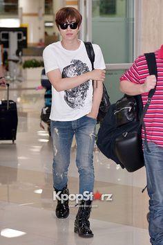 2pm Junho airport fashion
