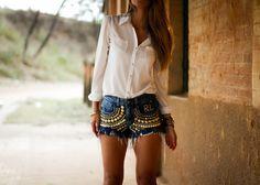 Look com shorts jeans e camisa branca