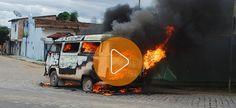 Vídeo: Veículo pega fogo próximo ao posto de combustível em Itamaraju