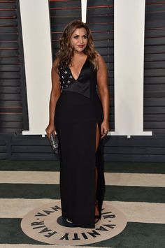 Mindy Kaling wearing a Salvador Perez dress, Neil Lane jewels, and an Oroton clutch at the Vanity Fair 2016 Oscars party.