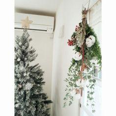 DIY初心者さんにおすすめなドア飾り「スワッグ」。スワッグとは、伝統的なクリスマス飾りのひとつです。ここ数年、日本でも人気になっていますよね。ドイツ語で「壁飾り」という意味を持つスワッグは、材料を束ねて吊るすだけというとってもシンプルで簡単なドア飾りです。 (2ページ目)