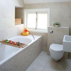 Kleine badkamer met schuin dak Serene Bathroom, Small Bathroom Tiles, Small Bathtub, Bathroom Tile Designs, Beige Bathroom, Bathroom Design Small, Bathroom Faucets, Bathroom Interior, Bathroom Ideas