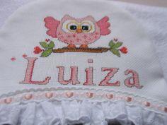 TOALHA DE CAPUZ - CORUJINHA LILI <br>Confeccionada em tecido atoalhado <br>Bordado em Ponto de Cruz <br>Acabamento com bico inglês e fita de cetim <br>Quando a peça é forrada tem acréscimo de R$ 10,00 <br>Usada nos primeiros banhos na maternidade para aquecer o bebê. <br>Peça que faz parte da lista da maternidade mais toalha fralda