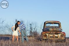 Love the truck with a kiss pose Kiss Pictures, Fall Pictures, Couple Pictures, Senior Pictures, Halloween Costume Couple, Couples Halloween, Couple Goals, Couple In Love, Unique Wedding Poses
