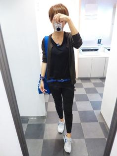 鮮やかなブルーを秋冬に着る ダークカラーと合わせれば鮮やかなブルーもオールシーズン仲良くできる  Cardigan/MUJI T-shirt/GAP Bottoms/UNIQLO Bag/CLASKA Shoes/NB  I wear in the fall and winter the bright blue.