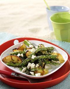 Frische Früchte passen toll zu gegrilltem grünen Spargel. Die Süße vom Pfirsich und cremiger Mozzarella machen aus dem Salat etwas ganz Besonderes.