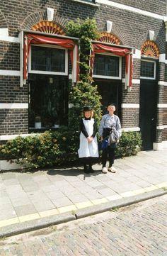 Geschiedenis van Vlaardingen - Klederdrachten uit 1890. We zien Lieneke Poot als weesmeisje en Wouter den Breems als koffiejongen. #ZuidHolland #Vlaardingen #wezen