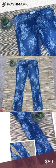 """Free People floral print ankle zip skinny jeans So freakin cute! These skinny jeans have a beautiful floral pattern throughout and zippers at the ankle in the inside of the pant legs. 32"""" waist, 31"""" inseam, 9.5"""" rise. Free People Jeans Skinny"""