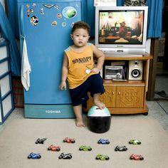 Watcharapom – Bangkok, Thailand  Kuvattu 18 kuukauden ajan, italialaisen valokuvaajan Gabriele Galimbertin projekti, Toy Stories, esittää kuvia lapsista ympäri maailmaa poseeraamassa arvokkaimman omaisuutensa kanssa - heidän lelunsa.