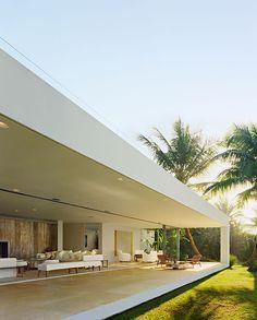 CASA IPORANGA Una arquitectura de impactante sencillez, concebida por el brasileño Isay Weinfeld, enmarca el panorama costero de Guarujá, a una hora de São Paulo.
