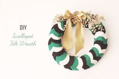 DIY Scalloped Felt Wreath from Going Lovely via Green Wedding Shoes Diy Yarn Wreath, Felt Wreath, Yarn Wreaths, Holiday Wreaths, Holiday Crafts, Holiday Fun, Christmas Love, Celebrating Christmas, Modern Christmas