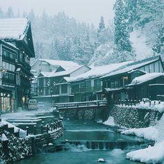 fuckyeahjapanandkorea:  雪の降る街 (by Ryu Dragon)