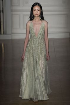 See all the Collection photos from Valentino Spring/Summer 2017 Couture now on British Vogue Fashion Wear, Diy Fashion, Runway Fashion, Fashion Outfits, Ball Dresses, Evening Dresses, Girls Dresses, Valentino 2017, Macrame Dress